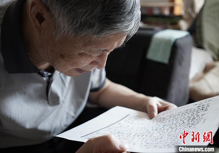 图为5月25日,林义旻在接受中新社记者专访时,朗读其父林正亨被捕后,在狱中为他写下的家书。 中新社记者 崔楠 摄