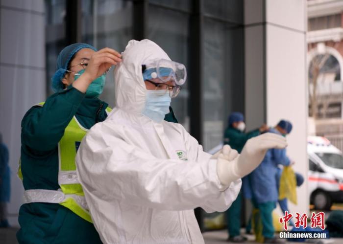 资料图:医务人员为转运武汉的新冠患者做准备工作。