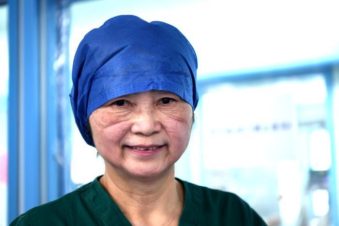 2020年2月20日,中国工程院院士、国家卫健委高级别专家组成员李兰娟在武汉大学人民医院东院重症ICU病房查房,了解新冠肺炎重症患者治疗情况。