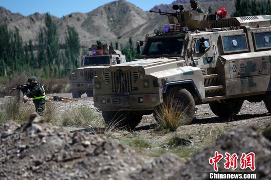 资料图:反恐演习大型装甲机车上阵。柯大为 摄
