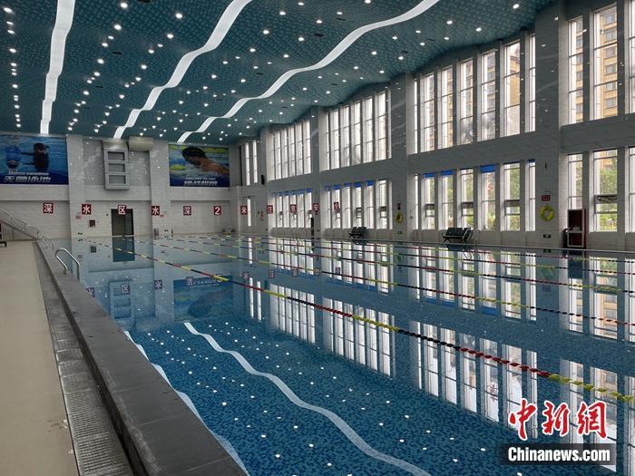 白沙村体育馆内的成人游泳馆,体育馆内还有儿童游泳馆。中新网记者 吴涛 摄
