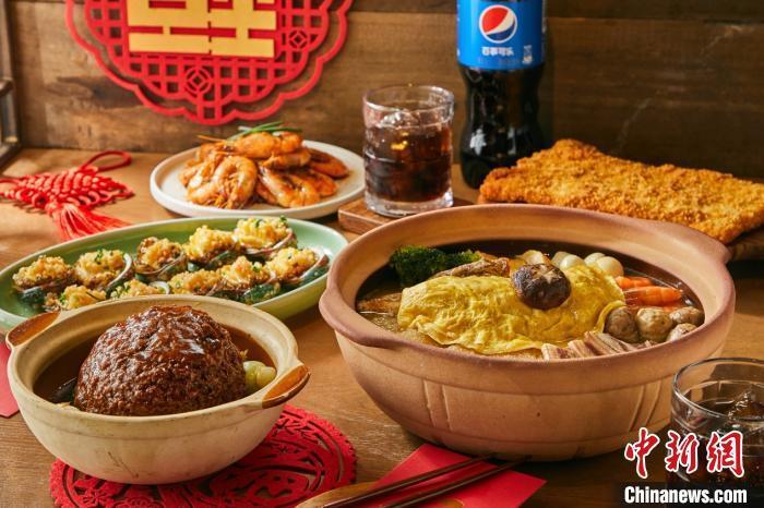 """2021年春节流行的""""小家庭年夜饭""""。 盒马鲜生供图"""