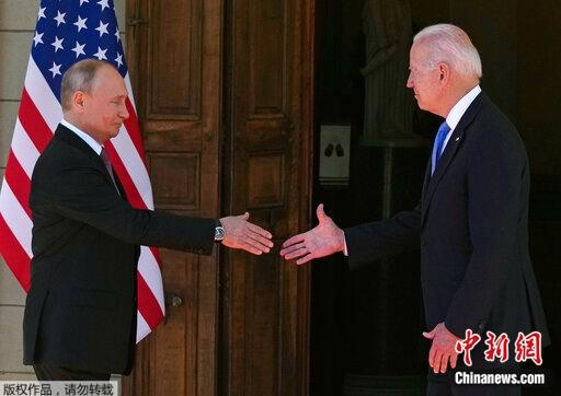 当地时间16日,俄罗斯总统普京和美国总统拜登在位于瑞士日内瓦的拉格兰奇别墅相互握手致意。