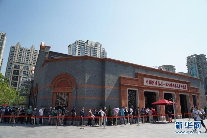 人们在上海中共一大纪念馆前排队等待参观(6月6日摄)。新华社记者 刘颖 摄