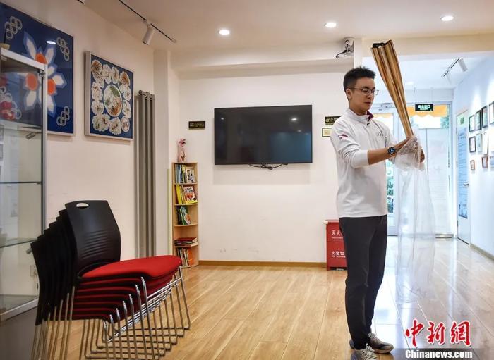 侯琨將東京奧運會的火炬收進行李箱,因為疫情緣故,原本去參加東京奧運會火炬傳遞的計劃取消,但組委會將火炬寄給了他。