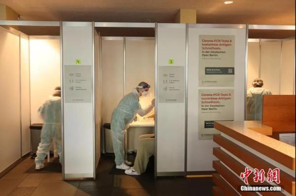 德国柏林,民众正接受新冠病毒检测。来源:视觉中国