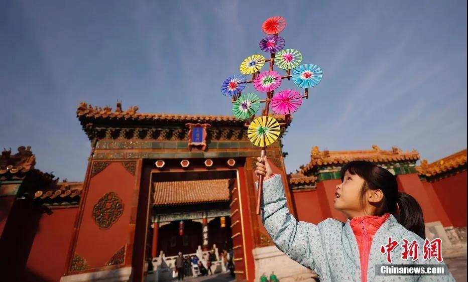 资料图:一名小朋友在故宫内玩耍。<a target='_blank' href='http://www.chinanews.com/'>中新社</a>记者 杜洋 摄