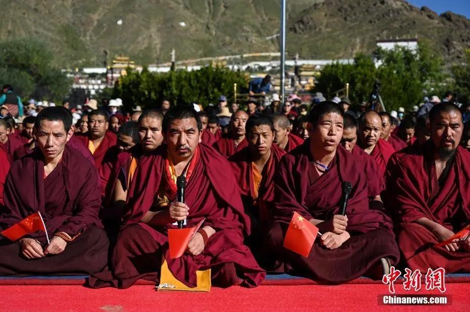 資料圖:西藏藏傳佛教界僧尼集體念誦吉祥祈福經。