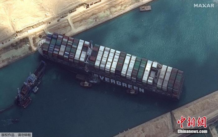 """资料图:悬挂巴拿马国旗的重型货船""""长赐""""号在苏伊士运河新航道搁浅,造成航道拥堵。"""