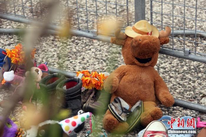 当地时间6月2日,在位于多伦多的加拿大安大略省省议会大楼门前,人们摆放了各式玩偶、 上百双童鞋和鲜花、留言卡等,为日前该国卑诗省(又译不列颠哥伦比亚省)一处原住民寄宿学校旧址发现215具儿童遗骸之事志哀。 <a target='_blank' href='http://www.chinanews.com/'>中新社</a>记者 余瑞冬 摄