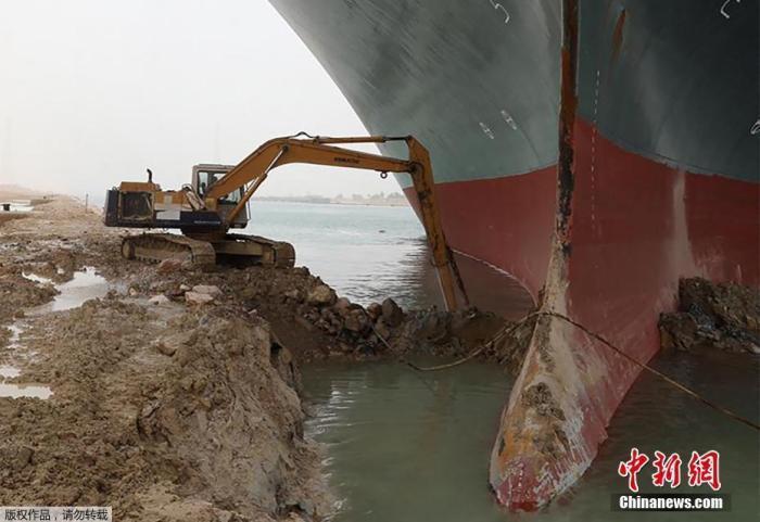 随着苏伊士运河搁浅巨型货轮的救援工作持续进行,为巨轮船头挖掘泥沙的挖掘机走红。
