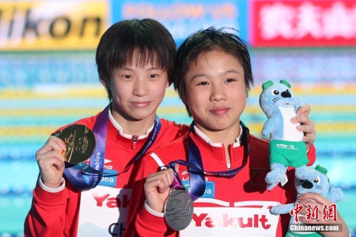 资料图:2019年7月17日,中国选手陈芋汐(左)与卢为合影。当日,在韩国光州举行的世界游泳锦标赛跳水女子十米台决赛中,中国选手陈芋汐以439分夺得冠军,中国选手卢为以377.80分获得亚军。中新社记者 韩海丹 摄