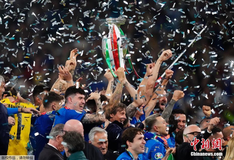 意大利队庆祝夺冠。