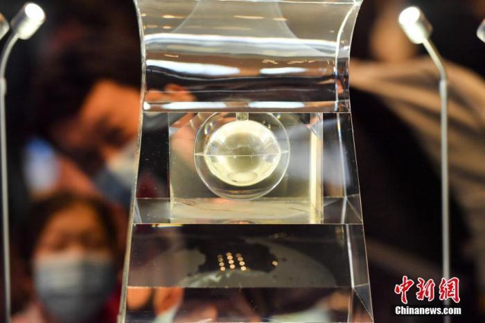 """资料图:""""月球样品001号""""为入藏国博的月壤,其重量为100克,储存在人造水晶容器中心部位的空心夹层球体造型之中。 <a target='_blank' href='http://www.laviejaeskuela.com/'>中新社</a>记者 田雨昊 摄"""