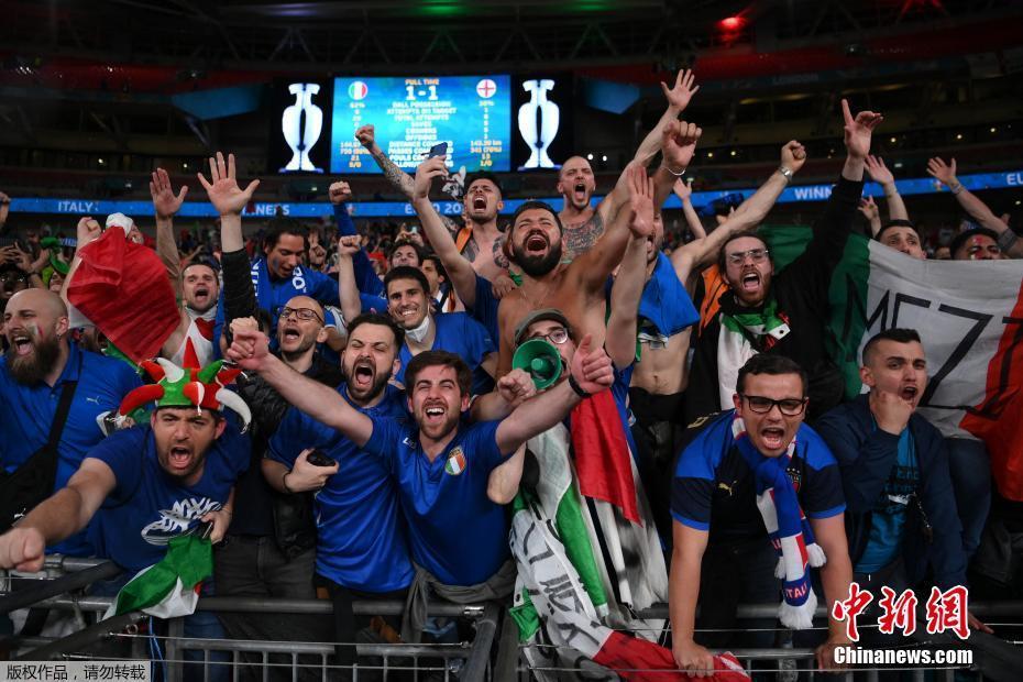 意大利球迷庆祝胜利。