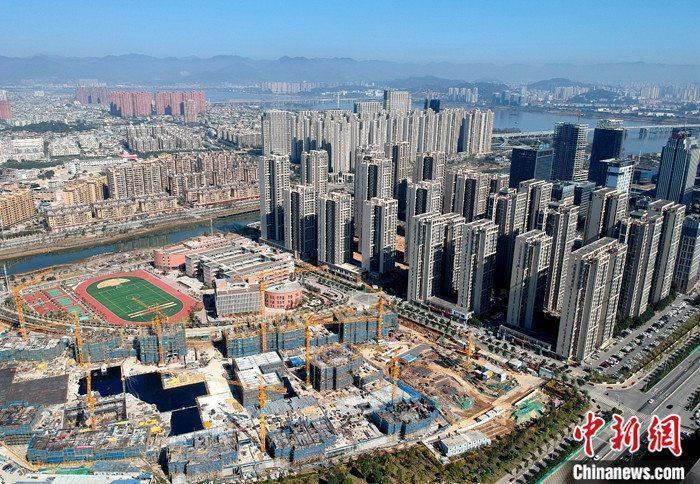 资料图为航拍福州市闽江畔一处新建住宅。 /p中新社记者 吕明 摄
