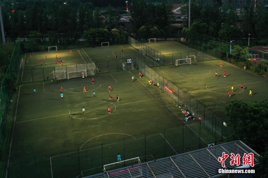 资料图:社会足球场成为市民运动健身的好去处。刘占昆 摄