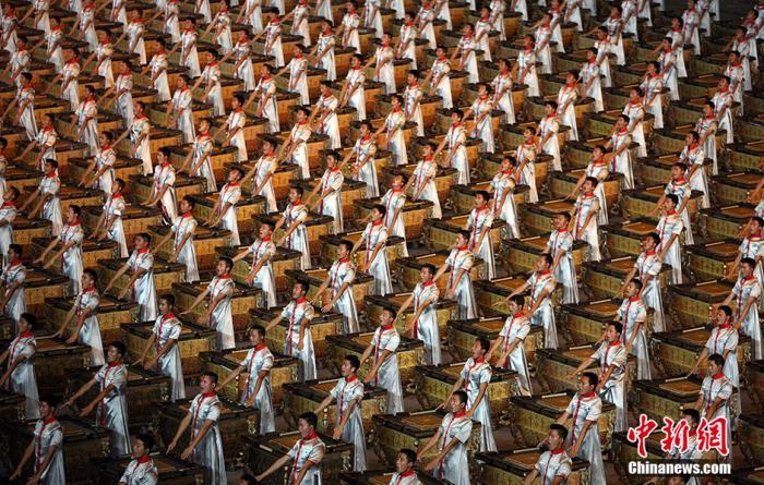 """资料图:北京奥运会开幕式上,华夏文明的绚丽画卷展开,全球近40亿观众从中国汉字的跳跃中开始欣赏一个国家进步的历程。2008名鼓手一边击缶,一边吟诗。中国的""""博""""与""""大""""被展示得淋漓尽致。"""