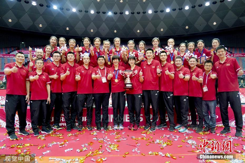资料图:2019年女排世界杯颁奖仪式上,中国女排登上世界杯最高领奖台,实现了三大赛十冠王的壮举。图片来源:视觉中国