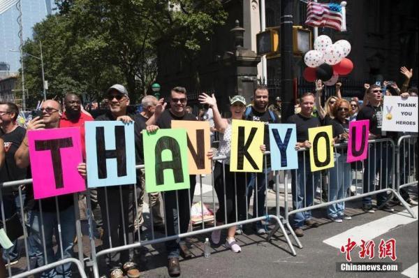 """资料图: 当地时间7月7日,纽约观看游行的民众向抗疫工作者打出""""感谢""""标语。中新社记者廖攀 摄"""