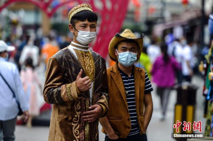 7月20日,新疆乌鲁木齐市大巴扎景区,市民在景区内游玩。 中新社记者 刘新 摄