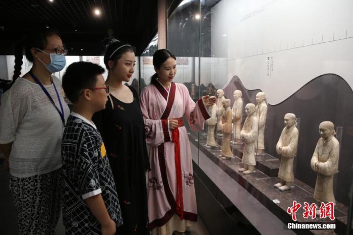 """7月23日,""""治世之光——西汉帝陵考古成果暨致敬考古百年展""""在陕西省西安市汉阳陵博物院开幕,这是西汉帝陵精品文物首次集结亮相,其中4件文物系首次对外展出。图为观众参观展览。 <a target='_blank' href='http://www.kedivino.com/'>中新社</a>发 汉景帝阳陵博物院 供图"""