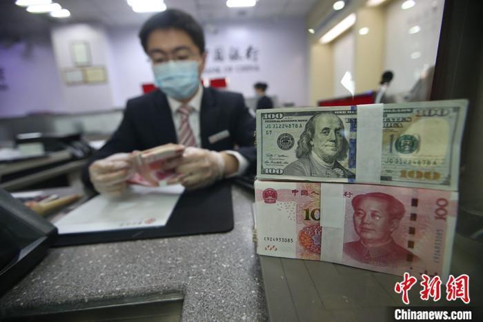 资料图:银行工作人员在清点货币。<a target='_blank' href='http://www.chinanews.com/'>中新社</a>记者 张云 摄