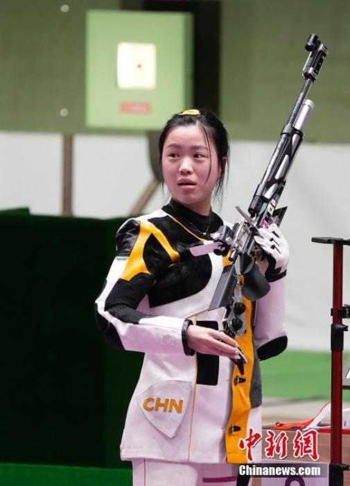 7月24日举行的东京奥运会女子10米气步枪决赛中,中国选手杨倩夺得冠军,为中国代表团揽入本届奥运会第一枚金牌。这也是本届东京奥运会诞生的首枚金牌。图为赛场内的杨倩。<a target='_blank' href='http://www.chinanews.com/'>中新社</a>记者 杜洋 摄