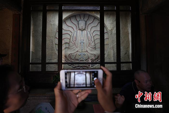 图为7月9日,草庵摩尼光佛造像吸引参观者拍照。<a target='_blank' href='http://www.chinanews.com/'>中新社</a>记者 蒋启明 摄