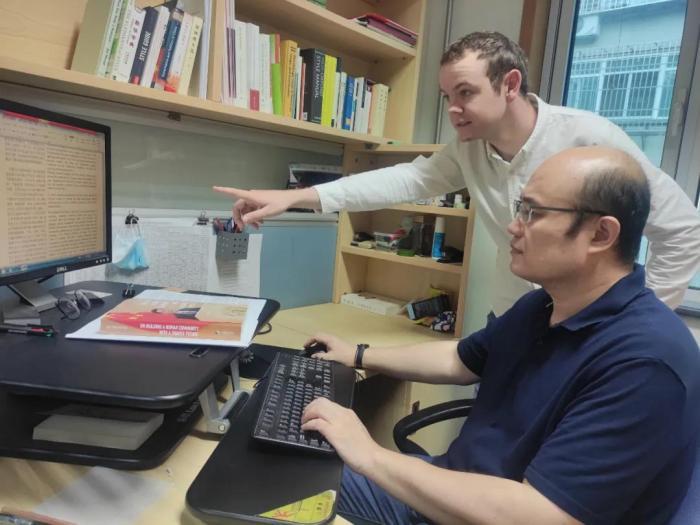 刘亮与肖恩在工作中探讨问题。刘亮供图