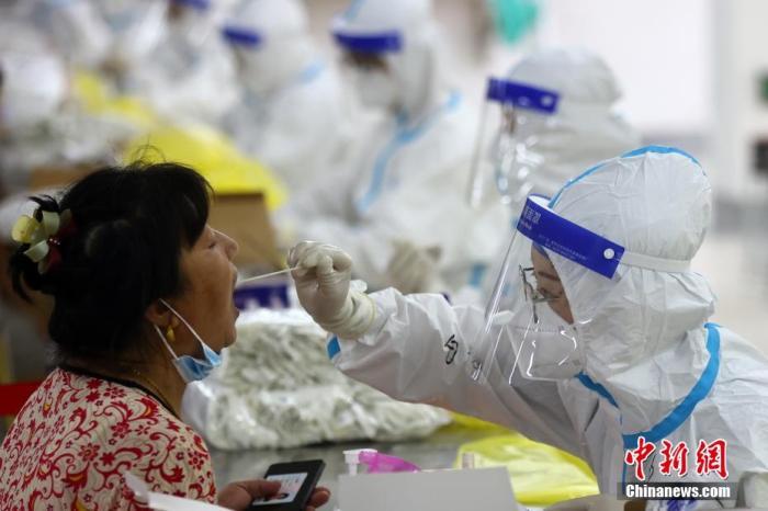 7月29日,南京對全市常住人口、外來人員開展第三輪全員核酸檢測。圖為志愿者在核酸檢測點現場維持秩序。 泱波 攝