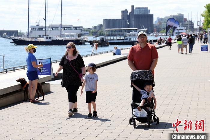 当地时间7月30日,加拿大多伦多,民众行走在安大略湖边。 <a target='_blank' href='http://www.chinanews.com/'>中新社</a>记者 余瑞冬 摄