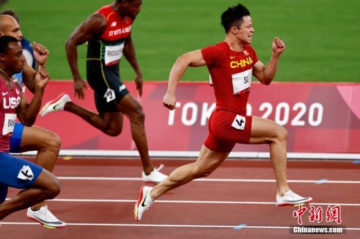 当地时间8月1日,东京奥运会男子百米半决赛上,中国飞人苏炳添以9秒83创下亚洲纪录,刷新个人最好成绩,成功晋级决赛,他也是首个进入奥运会决赛的中国飞人。<a target='_blank' href='http://www.chinanews.com/'>中新社</a>记者 富田 摄