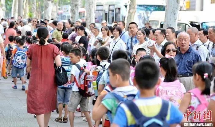 资料图:武汉一小学门外家长接孩子放学。<a target='_blank' href='http://www.chinanews.com.pt556.com/'>中新社</a>发 张畅 摄