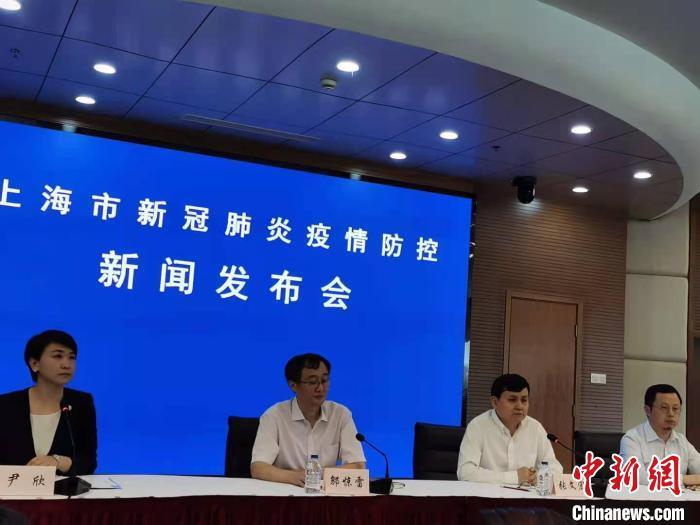 张文宏在上海市新冠肺炎疫情防控新闻发布会上谈Delta变异毒株。 陈静 摄