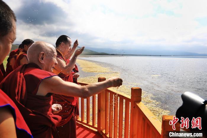 7月24日,班禅在碌曲县尕海湿地考察生态保护情况,并举行投宝仪式。 中新社记者 李雪峰摄 李雪峰 摄