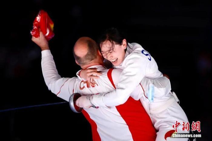 图为孙一文夺冠后和团队成员一起庆祝。<a target='_blank' href='http://www.chinanews.com/'>中新社</a>记者 富田 摄