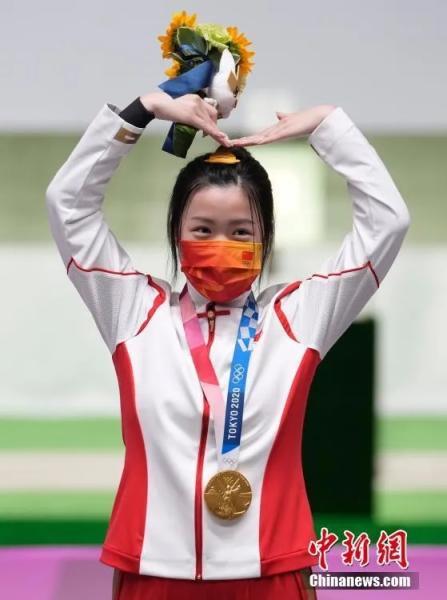 7月24日舉行的東京奧運會女子10米氣步槍決賽中,中國選手楊倩奪得冠軍,為中國代表團攬入本屆奧運會第一枚金牌。<a target='_blank' >中新社</a>記者 杜洋 攝