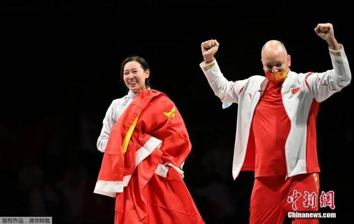 7月24日晚,东京奥运会女子重剑个人赛中,中国选手孙一文以11:10战胜罗马尼亚选手波佩斯库,夺得冠军。<a target='_blank' href='http://www.chinanews.com/'>中新社</a>记者 富田 摄