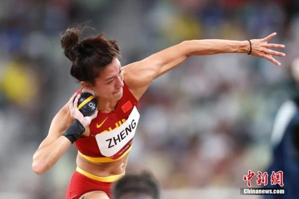 当地时间8月4日,中国选手郑妮娜力在田径女子七项全能铅球比赛中。<a target='_blank' href='http://www.chinanews.com/'>中新社</a>记者 富田 摄