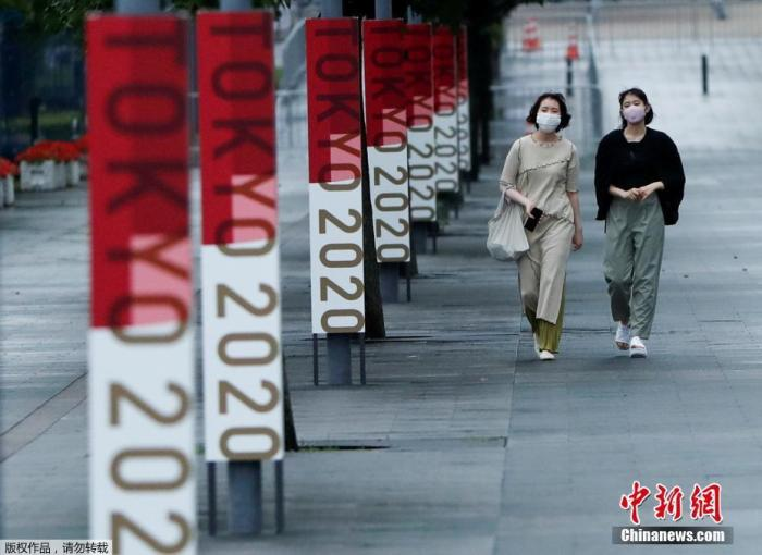 资料图:图为民众走在奥运氛围日渐浓厚的东京街头。