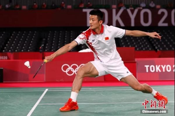 图为北京时间8月2日晚,在东京奥运会羽毛球男子单打决赛中,中国选手谌龙以0:2(21:15、21:12)不敌丹麦选手安赛龙,获得一枚银牌。图为谌龙在比赛中。中新社记者 韩海丹 摄