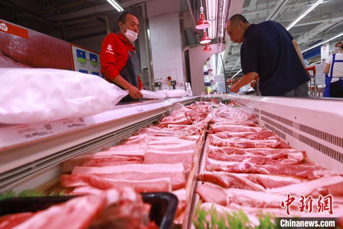 资料图:山西太原一超市,消费者在选购猪肉。 <a target='_blank' href='http://www.orbitpk.com/'>中新社</a>记者 张云 摄