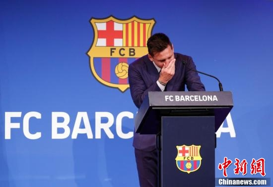 北京时间8月8日,梅西在西班牙巴塞罗那诺坎普体育场举行发布会。图为梅西掩面落泪。