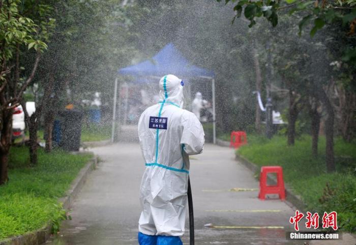 8月11日,在扬州一处高风险地区的小区,消防员在进行消杀作业。 孟德龙 摄