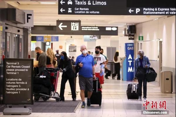 加拿大放開已充分接種指定疫苗的美國人入境。圖為入境旅客準備走出航站樓。<a target='_blank' >中新社</a>記者 余瑞冬 攝