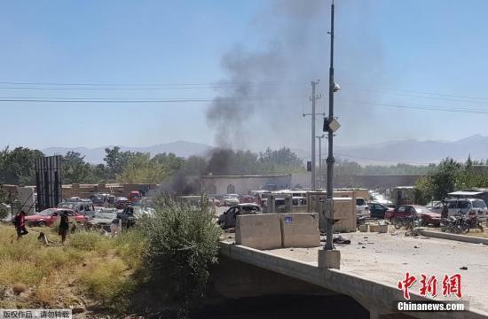 资料图:在阿富汗总统加尼参加的一场竞选集会附近,一辆车上的简易爆炸装置发生爆炸,造成至少24人死亡,数十人受伤。