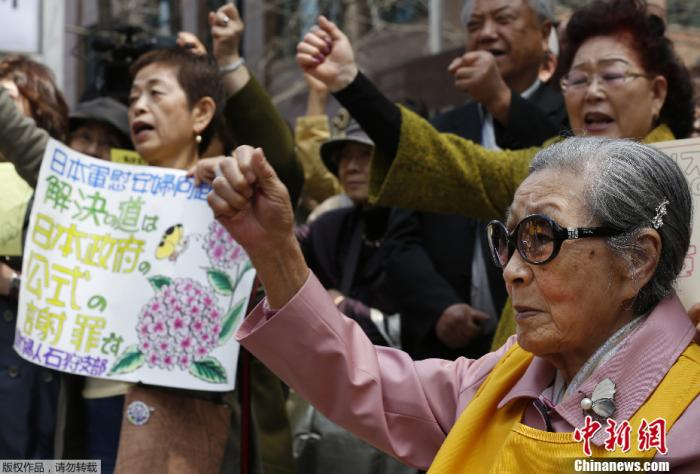 资料图:韩国首尔,日本大使馆门前,韩国慰安妇抗议日本议员参拜靖国神社。