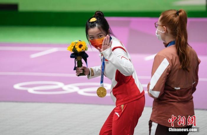 7月24日举行的东京奥运会女子10米气步枪决赛中,中国选手杨倩夺得冠军,为中国代表团揽入本届奥运会第一枚金牌。这也是本届东京奥运会诞生的首枚金牌。图为颁奖仪式后的杨倩做出俏皮动作。中新社记者 杜洋 摄
