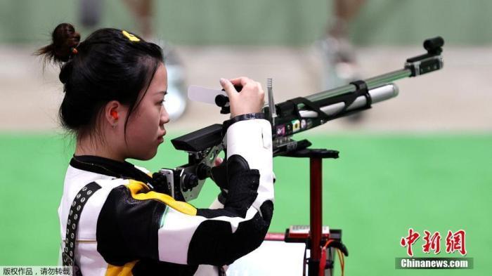 7月24日举行的东京奥运会女子10米气步枪决赛中,中国选手杨倩夺得冠军,为中国代表团揽入本届奥运会第一枚金牌。这也是本届东京奥运会诞生的首枚金牌。